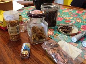 Nossa matéria-prima: temperos, cascas de árvore, vidrinhos