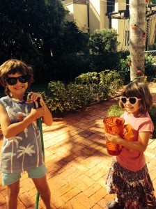 João e Leli molhando as plantas Antes que eles crescam