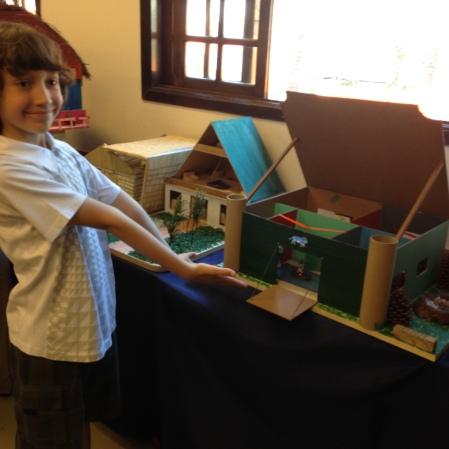 O orgulho do Antonio ao mostrar a casinha que construiu usando serrote e martelando pregos