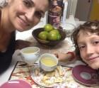 Um brinde com chá e biscoitos feitos pelo Antonio. Apareçam qualquer dia