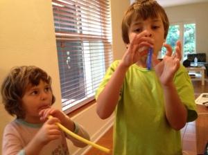 João e Leli flauta canudo antes que eles crescam