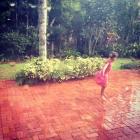 Leli dançando na chuva antes que eles crescam